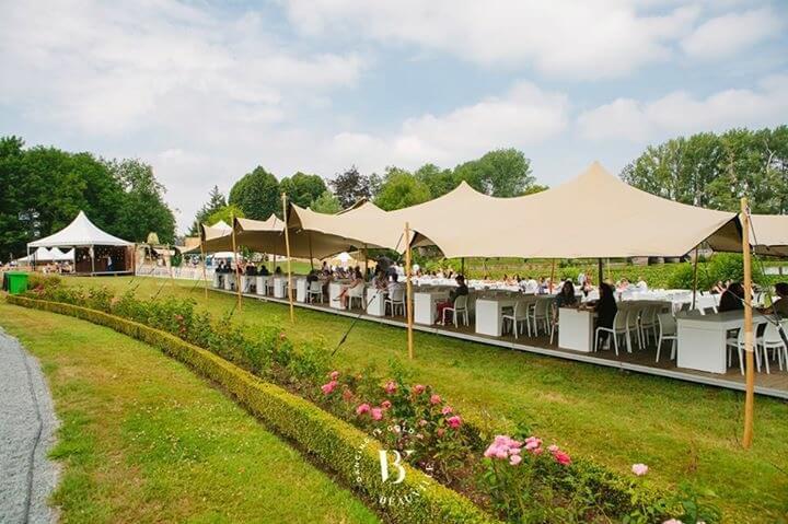 stretch-tent-huren-voorgrond-beeld met rozenhaag