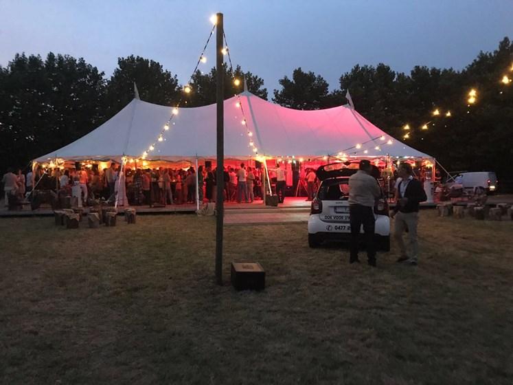 trouwfeest organiseren tent met lichten vooraan